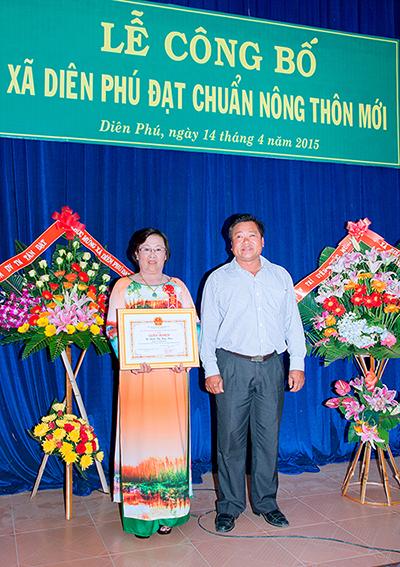 Cô Đinh Thị Kiều Hoa lên nhận bằng khen Hộ Kinh Doanh Giỏi