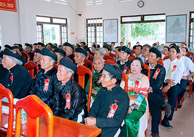 Cô Đinh Thị Kiều Hoa cùng với các hộ kinh doanh tiêu biểu tham gia trong buổi lễ