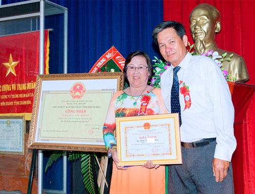 Cô Hoa nhận bằng khen Hộ Kinh Doanh Giỏi tại xã Diên Phú